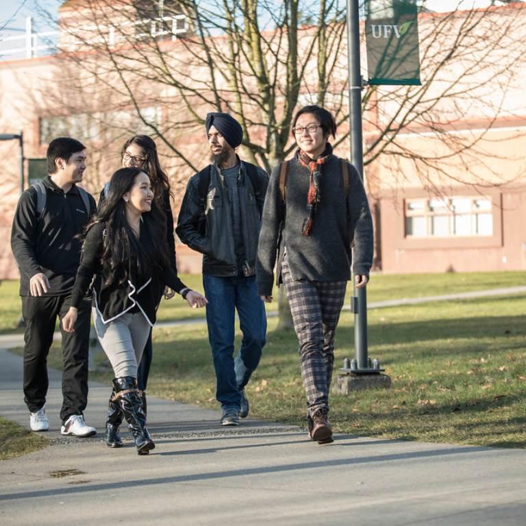 groep jongeren lopend over straat