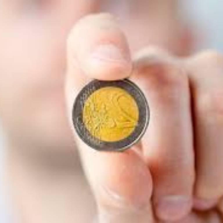 euromunt tussen duim en wijsvinger