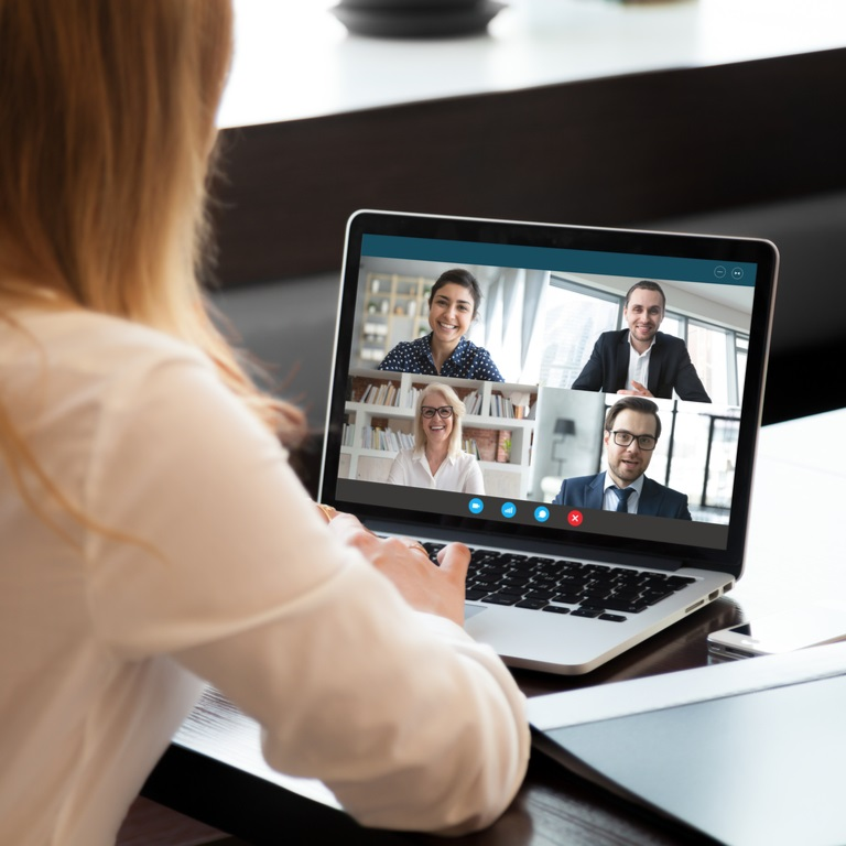 vrouw achter laptop tijdens online meeting
