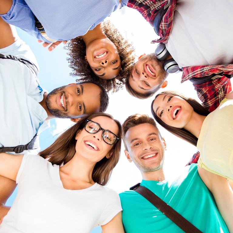 studenten in een cirkel van onderaf bezien