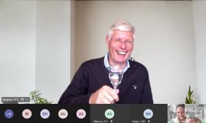 Frank Baaijens proost online met een glas champagne
