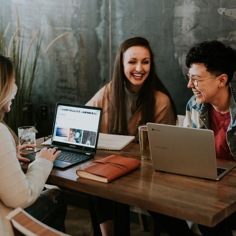 3 studenten achter een laptop