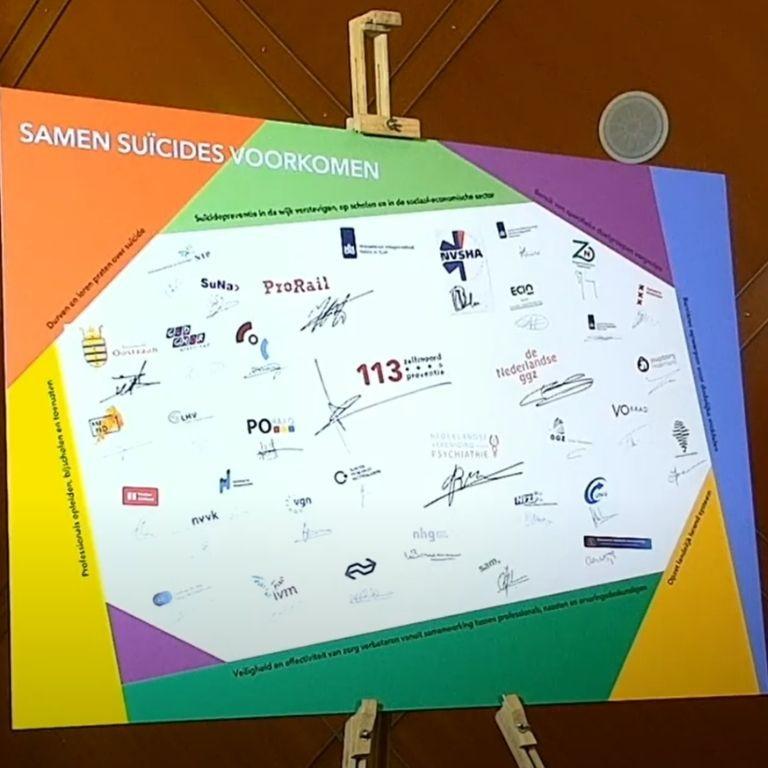 Bord met logo's en handtekeningen betrokken organisaties