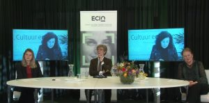 tafel met drie personen luisteren naar vierde persoon op beeldscherm