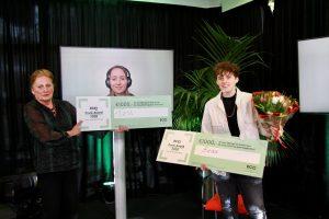 twee winnaars met award, 1 online en een fysiek naar beeldscherm