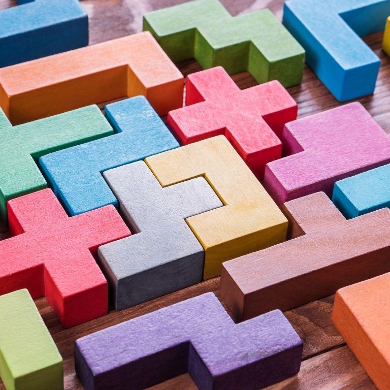 houten blokjes in verschillende vormen en kleuren in elkaar geschoven