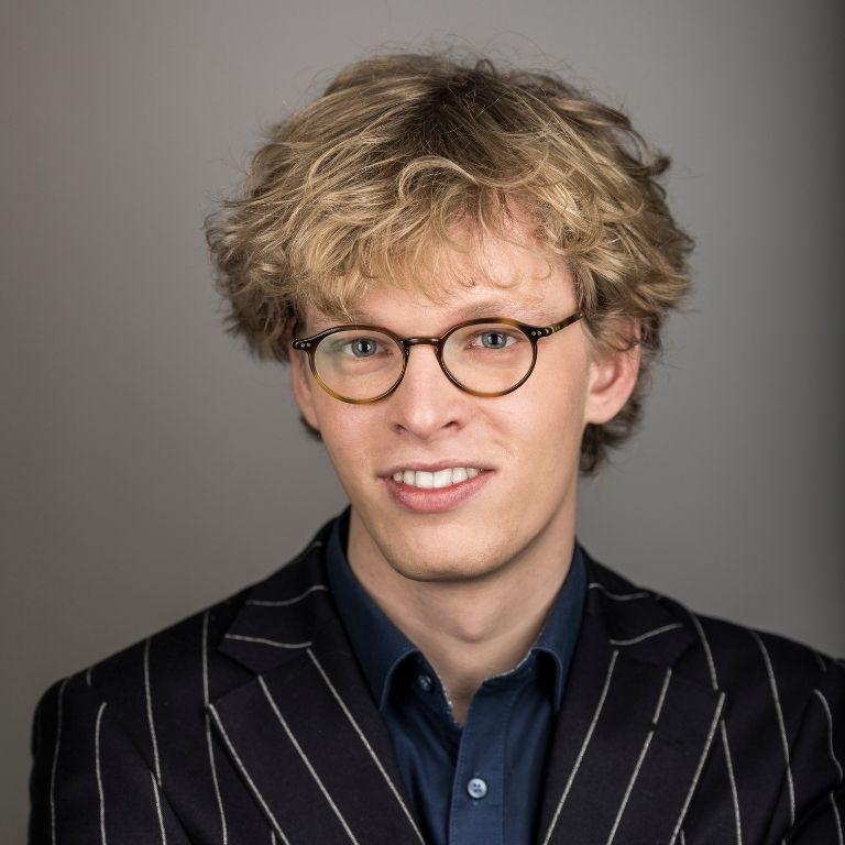 profielfoto jongeman met bril en krullend blond haar