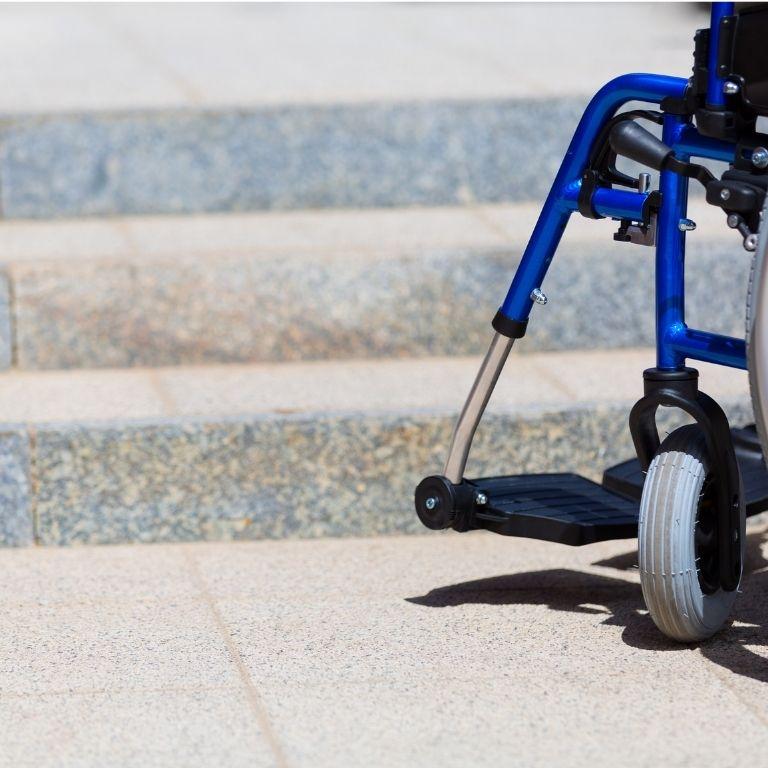 rolstoel voor een stenen trap