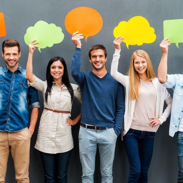 jongeren naast elkaar met tekstwolkjes in rechterhand opgestoken