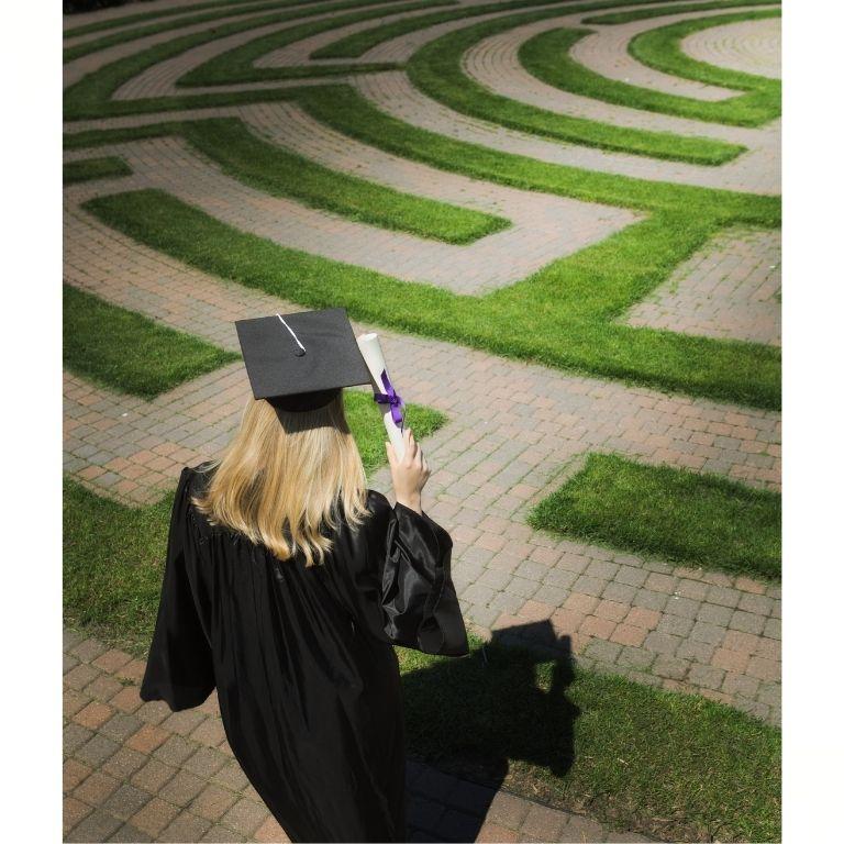 Afbeelding van een student die aan de start staat van een doolhof