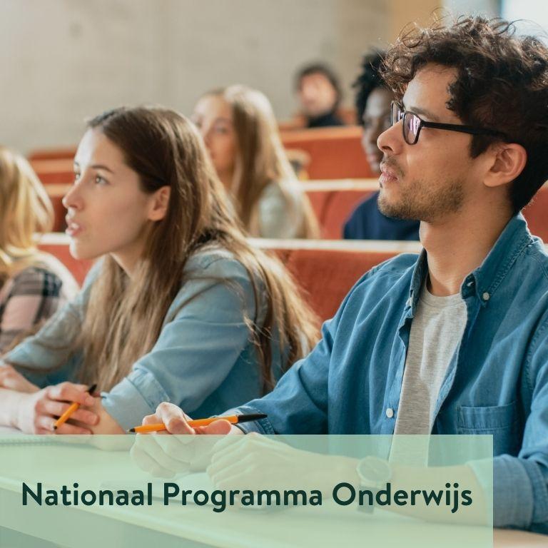 studenten in collegezaal met titel Nationaal Programma Onderwijs