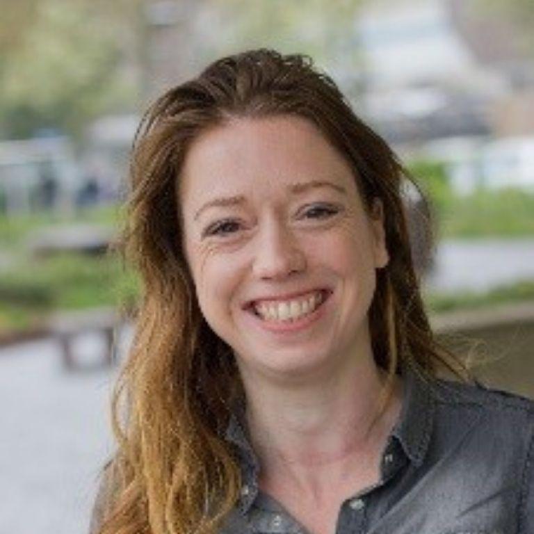 Afbeelding Eva Gobits, lachende vrouw met lang haar en een spijkerblouse aan