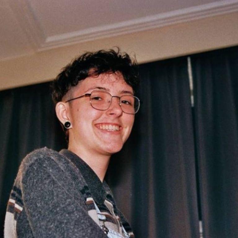 Foto Juul Tromp, brildragende vrouw met kort krullend haar
