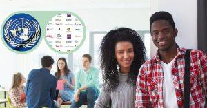 jongeren in klaslokaal zittend en staand, logo's VN, universiteiten en hogescholen in groene bril linksboven in de hoek