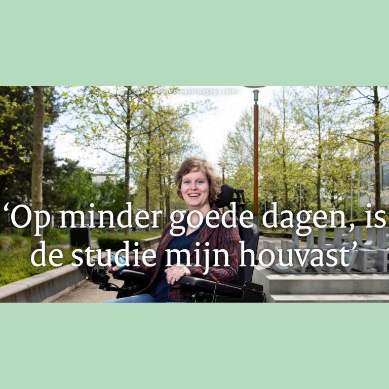 Afbeelding voorkant van artikel. Lachende vrouw in rolstoel