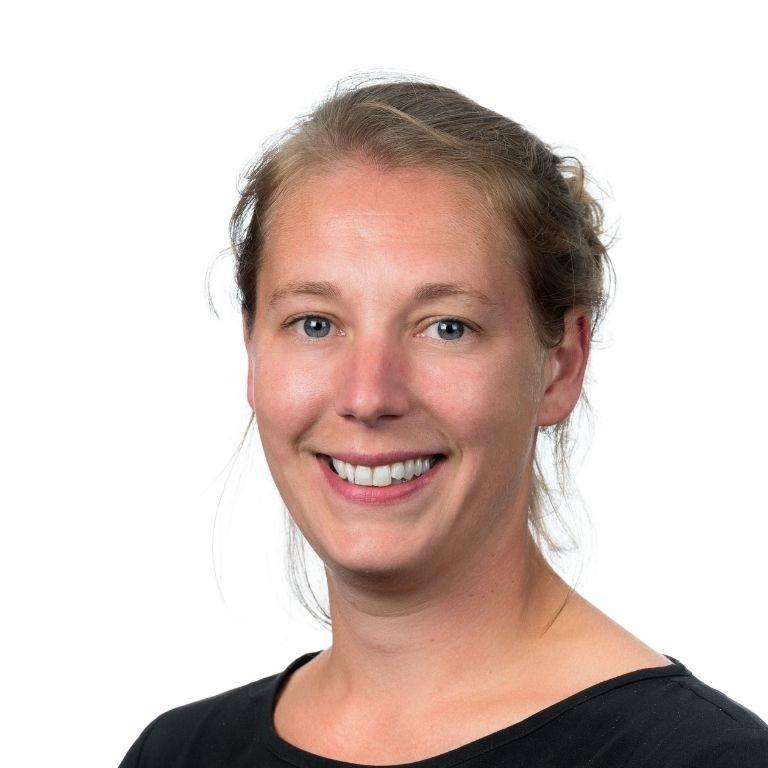 profielfoto jonge vrouw blond haar in staart met zwarte kraagloos shirt aan