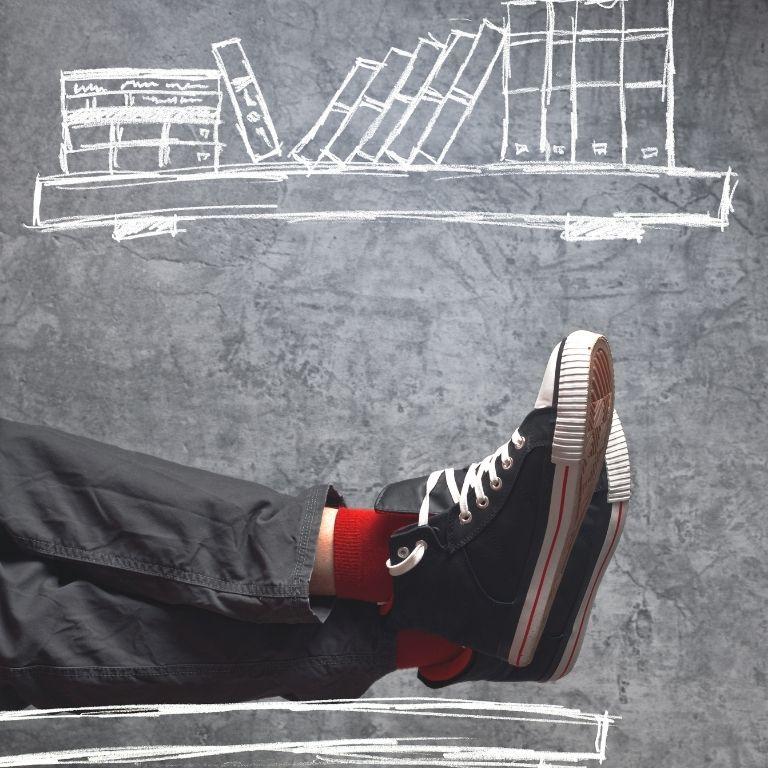 getekende boekenplank met boeken, op voorgrond benen op tafel met zwarte gymschoenen aan