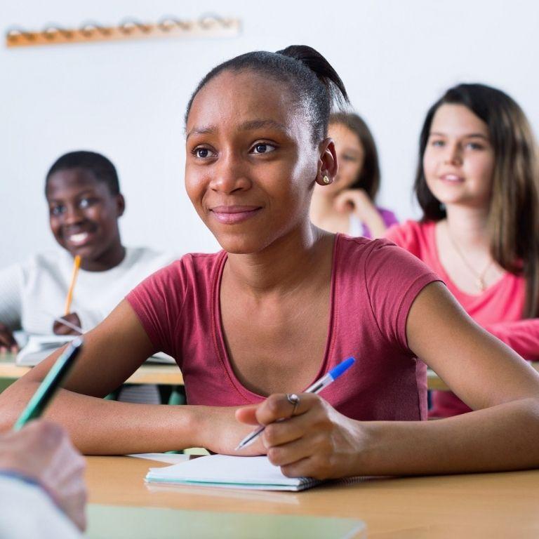 Verschillende kinderen in een klaslokaal