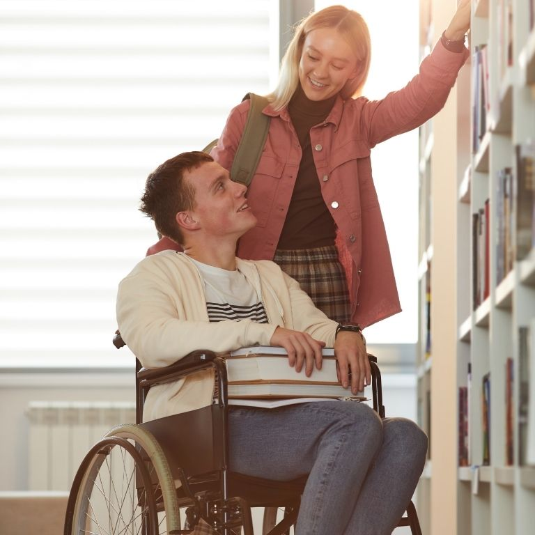 Persoon helpt iemand in rolstoel